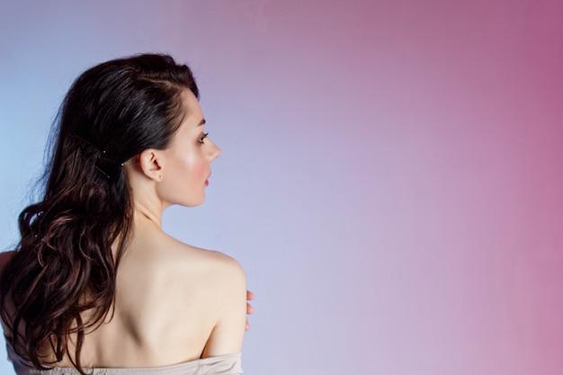 Fond Coloré, Néons, Tourné En Studio. Portrait De Mode D'une Jeune Femme Brune élégante. Photo Premium