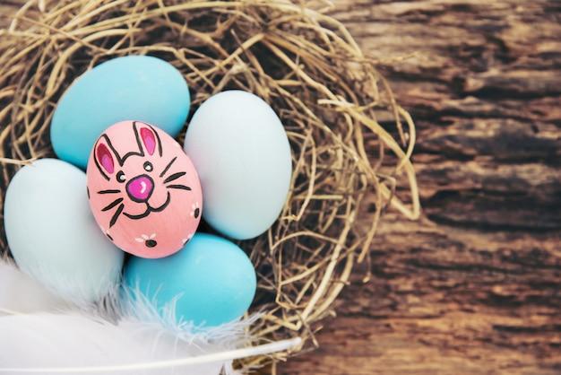 Fond coloré d'oeufs de pâques peints - concept de fond de pâques vacances célébration