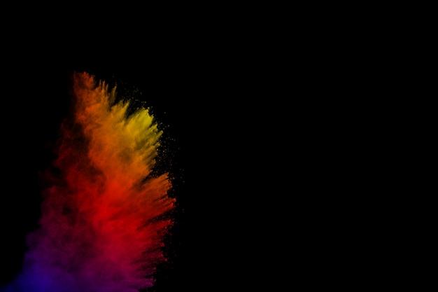 Fond coloré de poudre de craie. particules de poussière de couleur éclaboussées sur fond blanc.