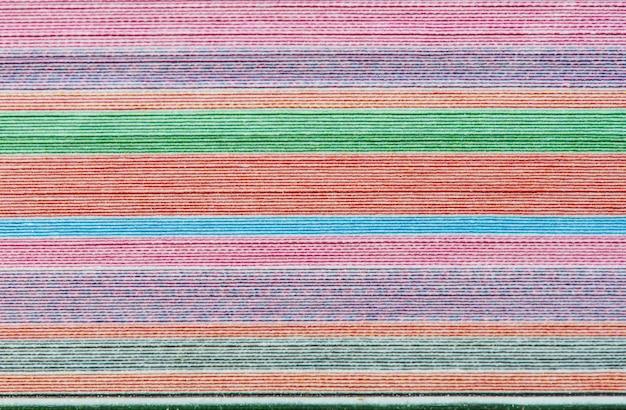 Fond coloré avec des rayures horizontales douces délavées de couleur arc-en-ciel
