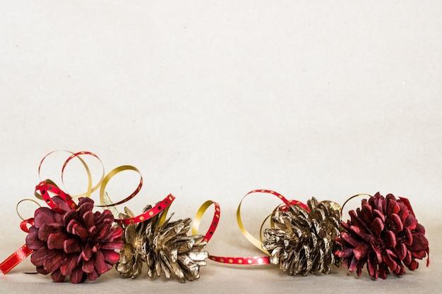 Fond de composition de noël, cadeau de noël, pommes de pin, vue de dessus, plat poser, espace copie
