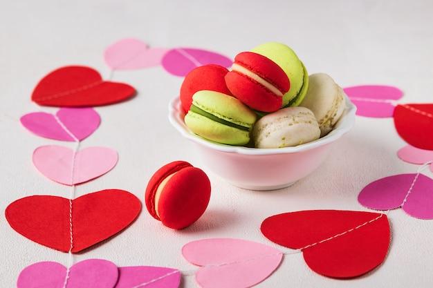 Fond de composition saint valentin avec des macarons colorés. concept de la saint-valentin.