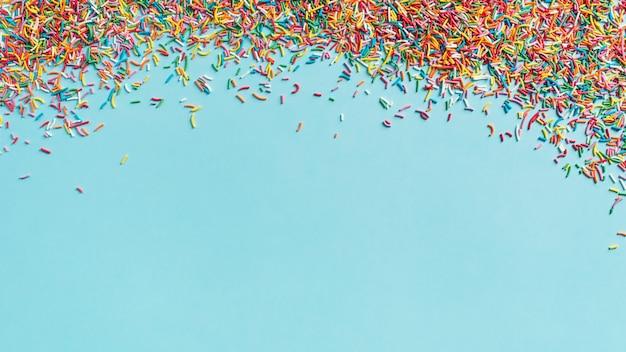 Fond de concept anniversaire et fête avec cadre de confettis sur bleu, vue de dessus, espace copie, bannière