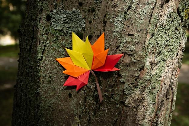 Fond de concept d'automne artisanat en papier traditionnel origami à la main feuilles d'érable tombées nature image de fond coloré parfait pour une utilisation saisonnière