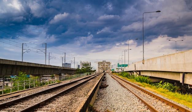 Fond de concept industriel. voyage en train, tourisme ferroviaire. chemin de fer brouillé. transport