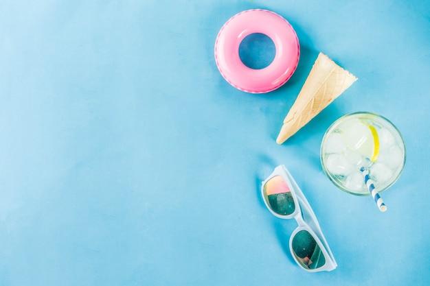 Fond de concept de vacances été vacances, chapeau, lunettes de soleil, boisson de refroidissement avec glace, cônes de crème glacée