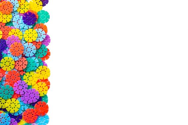 Fond de concepteur multicolore. détails multicolores en forme de flocons de neige du créateur pour enfants. disques en plastique pour le développement.