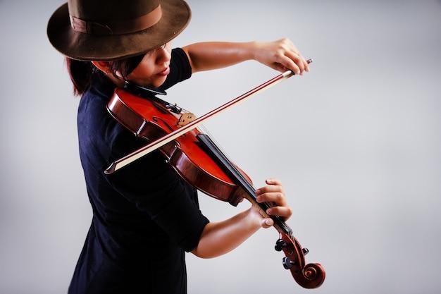 Le fond de conception d'art abstrait de ady joue du violon, une tonalité de lumière chaude, une lumière floue autour