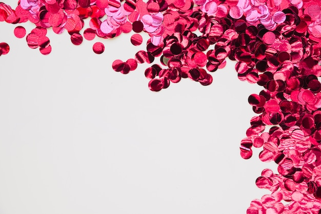 Fond avec des confettis brillants roses