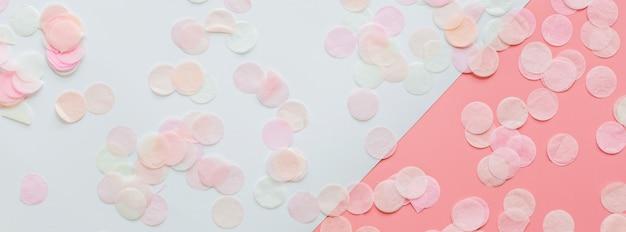 Fond avec des confettis roses