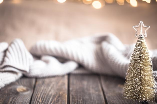 Fond confortable de noël festif avec arbre de noël, place pour le texte.