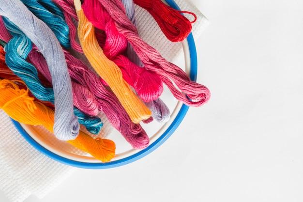 Fond de couleur pastel, couturière et bureau de designer, accessoires pour travaux manuels, rouleau de fils, ciseaux