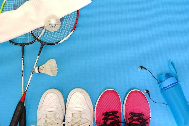 Fond de couple de badminton situé sur le dessus bleu pour l'espace