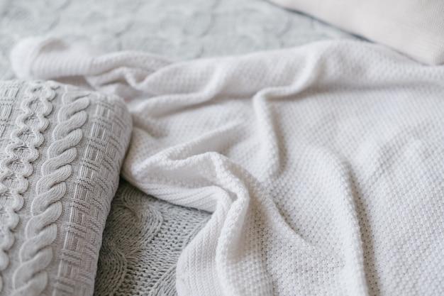 Fond de courtepointes à la main. confort de la chaleur de la maison. couvertures tricotées assorties.