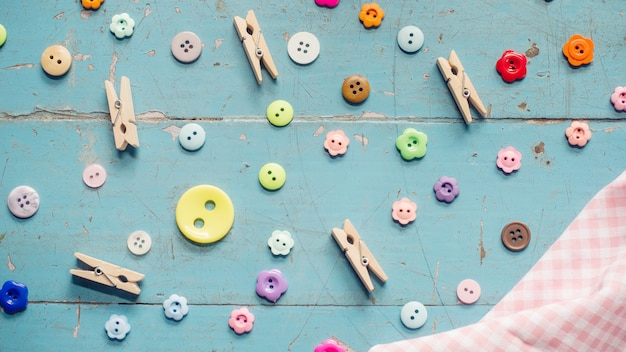 Fond de couture. accessoires pour travaux d'aiguille sur fond en bois ancien.