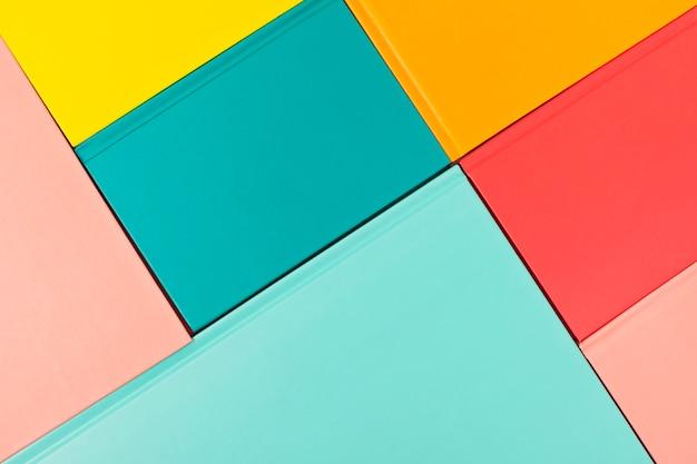 Fond avec des couvertures de livres colorés vides.