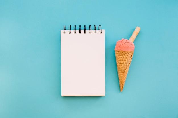 Fond de crème glacée avec le bloc-notes