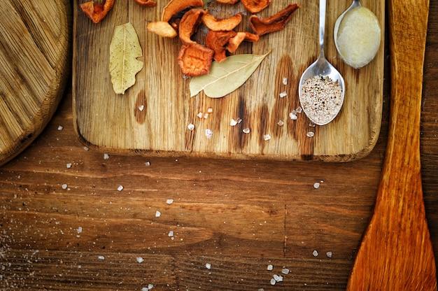 Fond de cuisine en bois authentique, espace vide pour le texte, concept de liste de menus, vue de dessus à plat