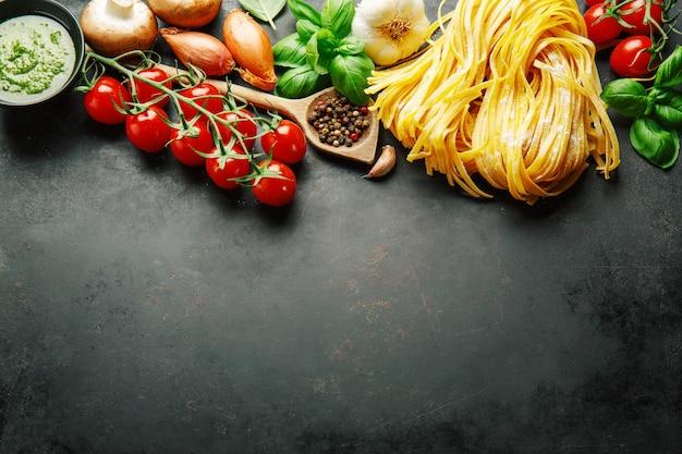 Fond de cuisine italienne sur noir