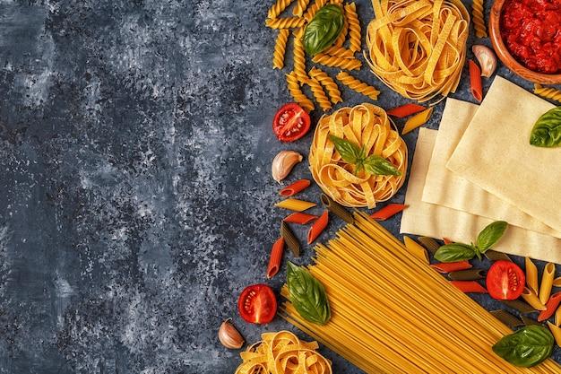 Fond de cuisine italienne avec des pâtes, des épices et des légumes