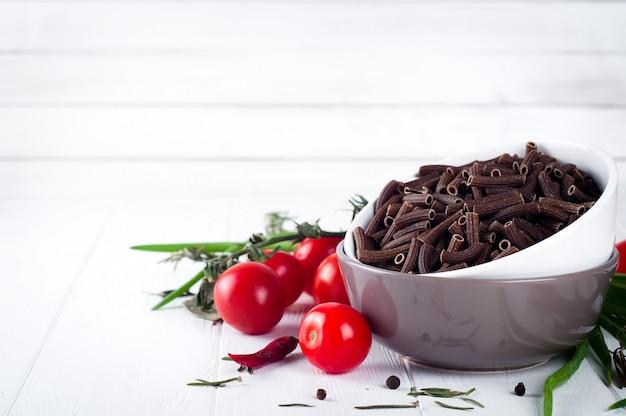 Fond de cuisine italienne avec pene, tomates de vigne, spaghettis, ail