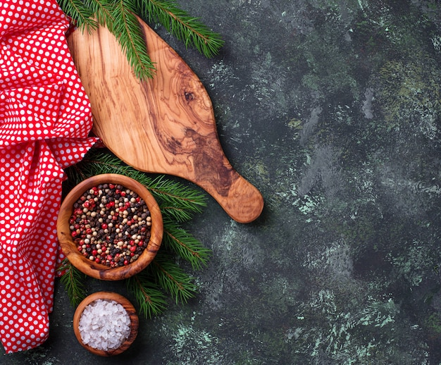 Fond de cuisine de noël avec planche à découper et épices
