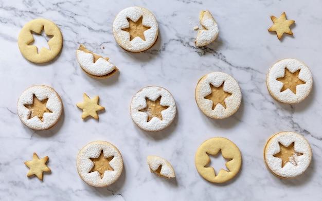 Fond de cuisson biscuits de noël traditionnels de linzer avec du beurre d'arachide vue de dessus
