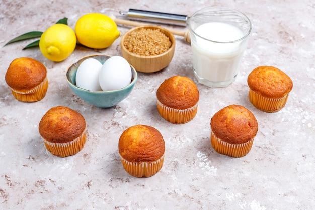 Fond de cuisson de cupcake avec des ustensiles de cuisine.