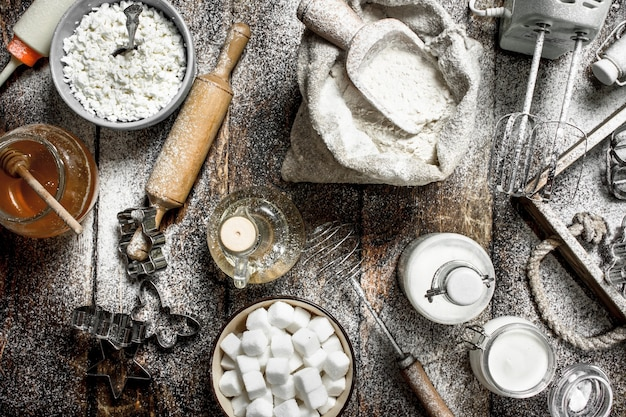 Fond de cuisson. ingrédients pour pâte fraîche. sur un fond en bois.