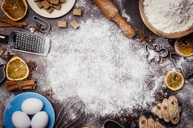 Fond de cuisson de noël. ingrédients pour la cuisson de la pâtisserie de noël sur fond sombre. fond ambiance de noël.