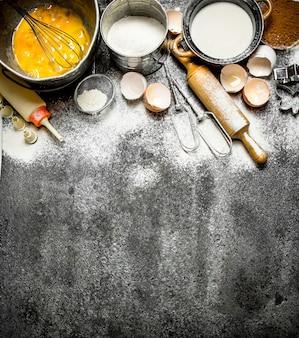 Fond de cuisson. une variété d'ingrédients pour la cuisson sur fond rustique.