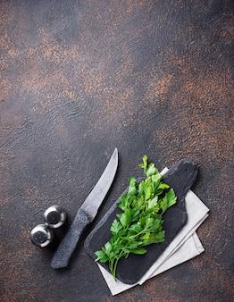 Fond culinaire avec épices, couteau, persil et sanglier