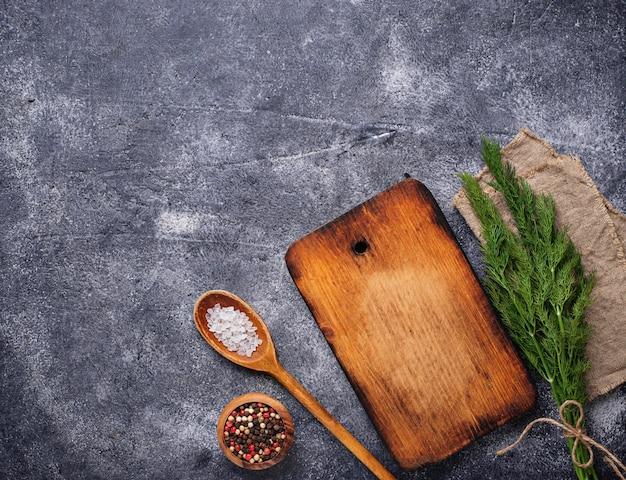 Fond culinaire avec des épices et une planche à découper