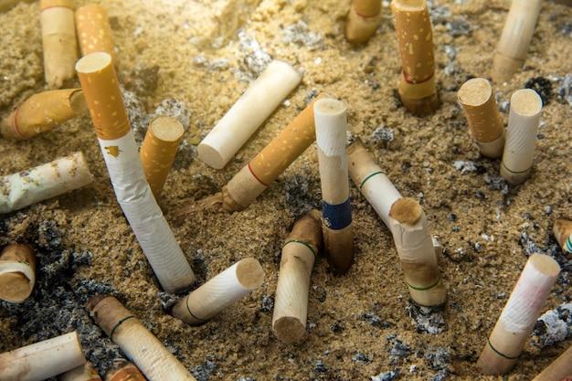Fond de déchets de mégots de cigarettes comme un cimetière.