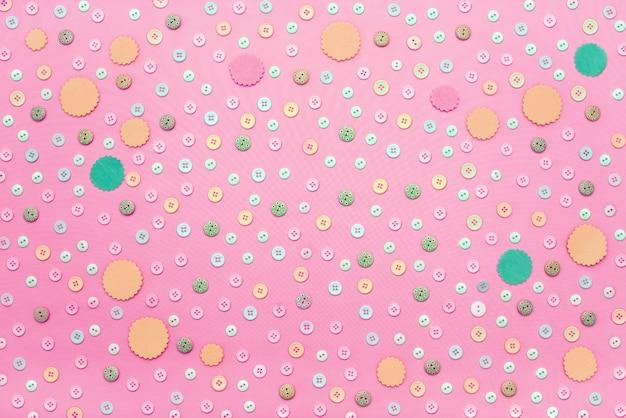 Fond décoratif avec des boutons de couleur en vrac.