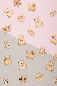 Fond décoratif pastel minime avec petites figurines en bois pour anniversaire nouveau-né