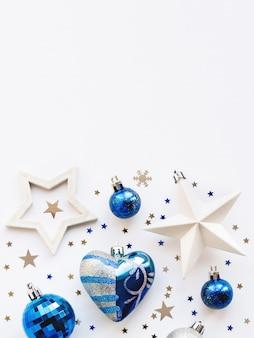 Fond de décoration de noël avec des boules d'argent et bleu