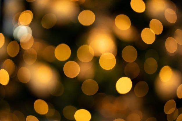 Fond défocalisé avec des lumières de noël dorées