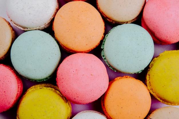 Fond de délicieux macarons colorés vue de dessus