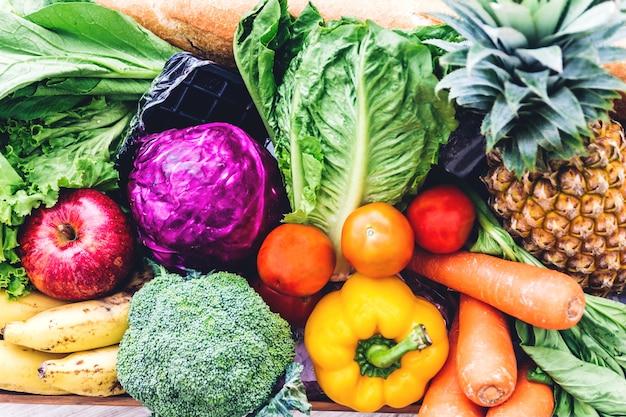 Fond de différents fruits et légumes frais