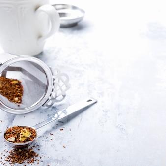 Fond avec différents types de feuilles de thé
