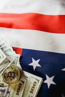 Fond de drapeau américain et deux bitcoins réels, nouvelle économie sur internet.