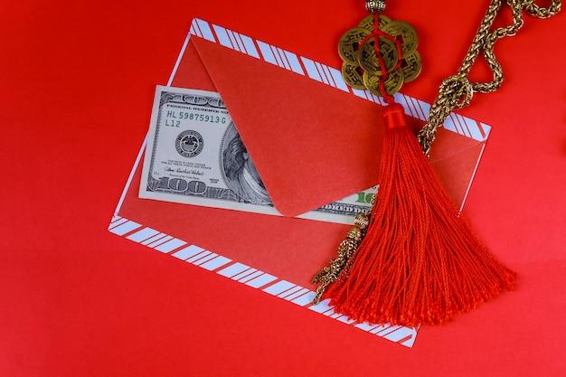 Fond du nouvel an chinois. dollars américains symbole de bonne chance sur le rouge