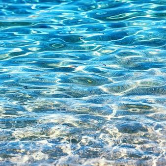 Fond de l'eau claire, texture naturelle bleue.
