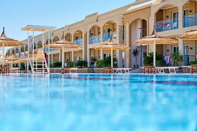 Fond de l'eau dans la piscine bleue, surface de l'eau avec une réflexion du soleil