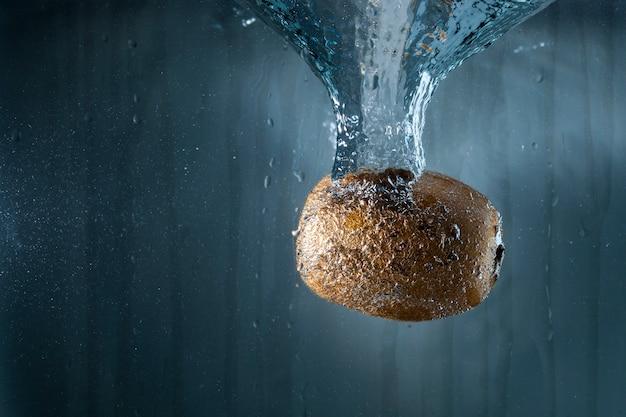 Fond d'eau avec kiwi
