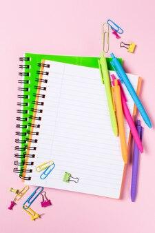 Fond d'école avec des cahiers et des fournitures colorées