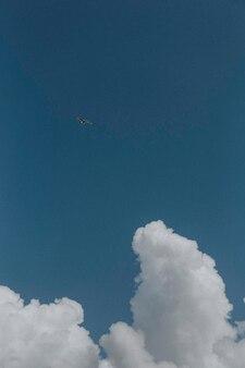 Fond d'écran de téléphone portable ciel bleu nuageux