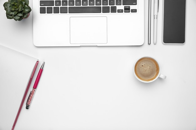 Fond de l'espace de travail de bureau à domicile féminin plat laïque