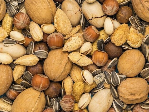 Le fond est composé d'un mélange d'un grand nombre de noix non pelées. la nourriture végétarienne.